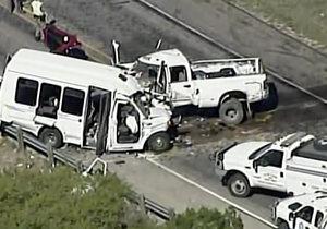 Při srážce minibusu s autem v Texasu zemřelo 12 lidí.