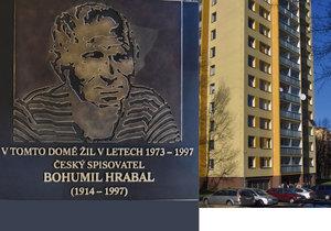 Pamětní deska na domě, ve kterém žil spisovatel Bohumil Hrabal.