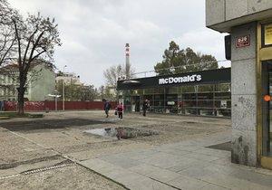 Stánky už u metra Nádraží Holešovice nenajdete.