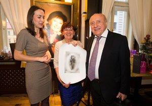 Lucie Gelemová věnovala Nechanské grafiku s vyobrazením jejího milého Felixe.