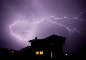 Západní části Čech hrozí od odpoledne silné bouřky.