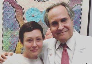 Doherty se svým kamarádem a lékařem, který jí pomohl z rakoviny.