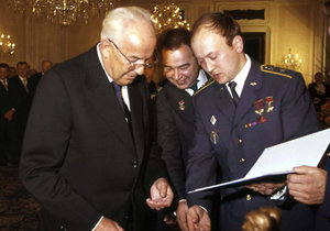 Bývalý sovětský kosmonaut Georgij Grečko zemřel 8. dubna ve věku 85 let. Na archivním snímku z 27. dubna 1978 z Prahy je druhý zleva spolu s tehdejším československým prezidentem Gustávem Husákem (vlevo), prvním československým kosmonautem Vladimírem Remkem (druhý zprava) a sovětským kosmonautem Alexejem Gubarevem.