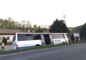 U Slaného sjel autobus ze silnice: Sedm zraněných