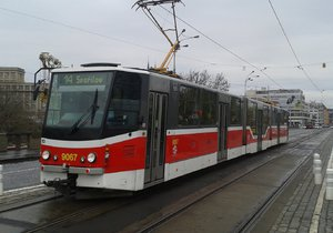 Tramvaje a autobusy mají podle koncepce pražské MHD problémy na desítkách míst (ilustrační foto).