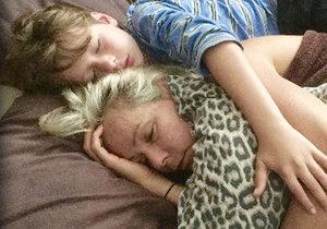 Dojemné foto: Chlapeček objímá svou vážně nemocnou maminku.