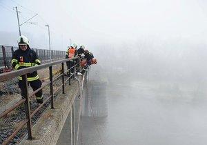 Hasiči při lezeckém cvičení na Branickém mostě