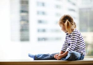 Dítě (2) sedělo na parapetu okna ve 12. patře v Brně. Ilustrační foto.
