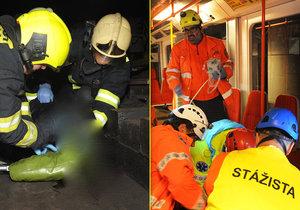Pražští hasiči spolu s hasičskou jednotkou dopravního podniku musel vyprostit ženu, která spadla do kolejiště metra na I. P. Pavlova.