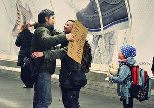 Objala se celá rodina… Nejprve o objetí požádalo dítě. Následně se přidala i maminka.