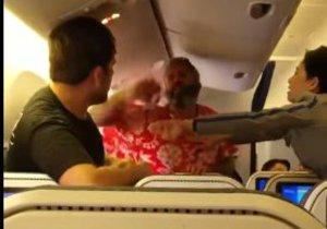 Rvačka dvou pasažérů na palubě letadla