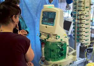 Brněnská fakultní nemocnice získala unikátní přístroj, který pomáhá lidem při akutním selháním ledvin.