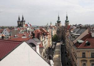 Byt s takovým výhledem si turisté mohou v Praze pronajmout.
