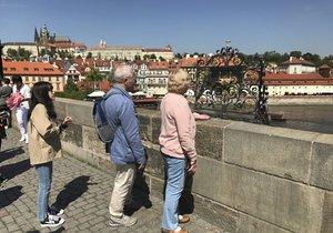 Mřížka má plnit přání. Jenže musíte správně položit levou i pravou ruku a také nohu. Jak vidíte, turisté to nerespektují.