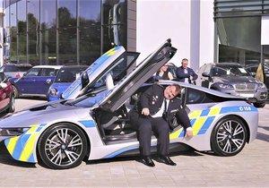 Jihomoravský policejní šéf Leoš Tržil v novém policejním BMW i8