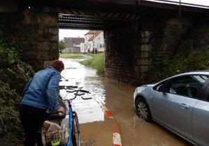 Bouře s přívalovým deštěm, krupobitím a vichřicí zdevastovala Strážnici na Hodonínsku. Ulice se proměnily v rozbahněné řeky.
