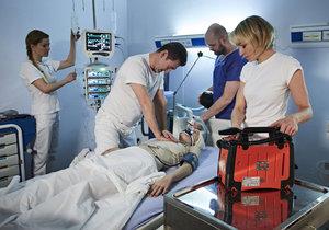 Lékař musel radit i Fialovi coby Hanákovi, aby správně postupoval při oživování.
