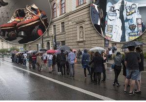 Vernisáž výstavy KMENY 90 přilákala tento týden davy. Lidé stáli před galerií dlouhou frontu.