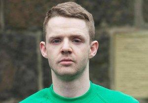 Adam Gallagher zavraždil před 12 lety Čecha. Nyní je souzen za vandalismus.