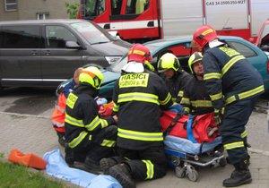 Dvě tragédie ve Slezsku: Čtrnáctiletý chlapec vypadl z okna, pětiletého hocha srazilo auto (ilustrační foto)