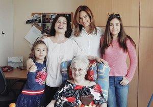 Moderátorka Klára Doležalová s dcerami, matkou a babičkou