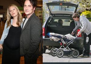 Saša Rašilov pomáhá svojí těhotné přítelkyni Lídě.