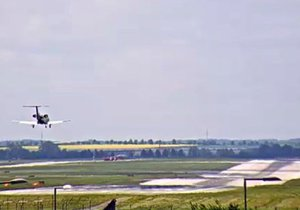 Na letišti v Praze nouzově přistálo soukromé letadlo.