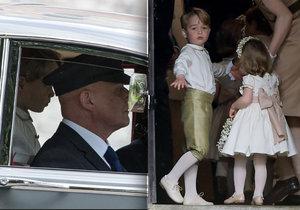 Princ George postával na zadní sedačce auta.