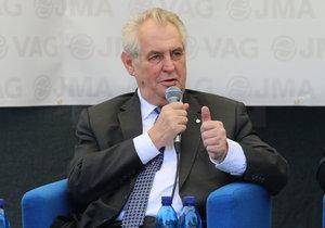 Prezident Miloš Zeman tvrdí, že předvolební kampaň dělat nebude. Přesto ji dělá.