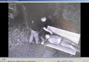 Mladý zloděj (23) si počínal při snaze okrást spícího muže velmi obezřetně, netušil ale, že je pod dohledem kamery brněnských strážníků.