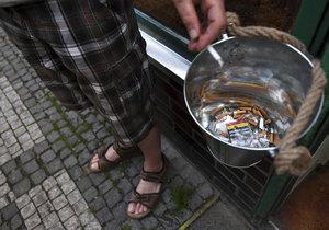 Ne popelníky, ale rovnou kbelíky mají připraveny pro kuřáky v před Hostincem v pražské Lucemburské ulici. Aby nezmizely, jsou přivázány lanem.