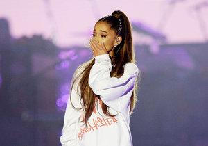 V britském Manchesteru, který se stal terčem teroristického útoku, se v neděli sešlo přes 50 000 lidí na charitativním koncertě americké zpěvačky Ariany Grandeové.