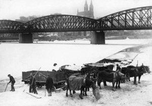 Ledaři v zimě u železničního mostu roku 1929