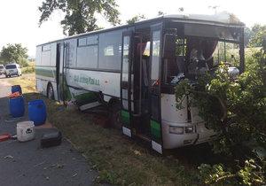 Při srážce auta s autobusem se zranily dvě děti a dva dospělí.