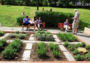 V Krči se objevilo nové dětské hřiště, má i komunitní zahrádku.