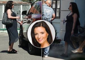 Savarová je v šestinedělí. Do porodnice přijela i se dvěma bodyguardy, kteří jí pomohli chlapečka naložit do auta.