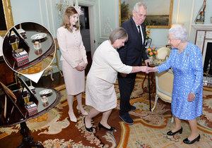 Miloš Zeman přivedl ke královně manželku Ivanu i dceru Kateřinu. Rozplýval se. A ani popelníček nechyběl.