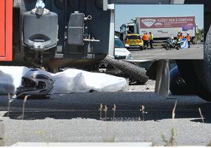 Po nehodě na D11 zemřel motorkář. Nepřežil střet s nákladním vozem.