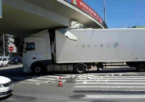 Kuriózní nehoda v Brně. Šofér kamionu natlačil soupravu v pondělí odpoledne pod most, přes který přejíždí tramvaje od Mendlova náměstí k výstavišti a zpět. Hasiči jej vyprostili po dvou hodinách.
