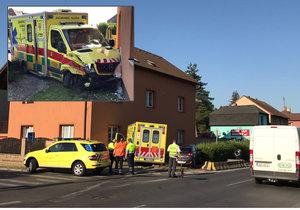 V Horních Počernicích se střetla sanitka s osobákem, zdravotníci bourali do domu.