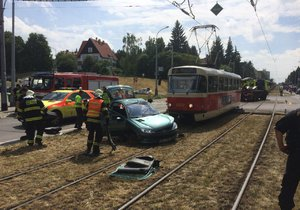Řidiče dostávali z vozu až hasiči.