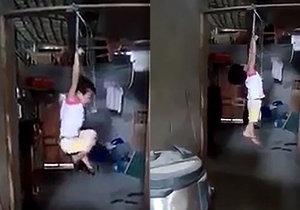 Krutá pěstounka z Vietnamu pověsila za trest malou holčičku za zápěstí do vzduchu.