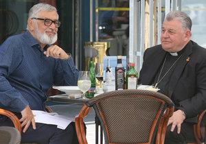 Pánové Bartoška a Duka obědvali na terase.