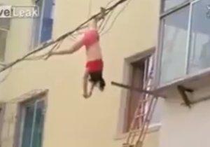 Žena na útěku před manželkou svého milence skočila z okna a zachytila se do drátů