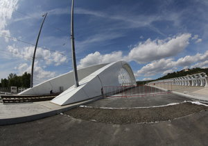 Nehoda u Trojského mostu. Směrem z centra se tvořily kolony a jeden pruh byl uzavřený