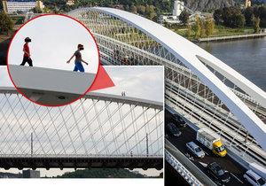 Lidé na Trojském mostě hazardují se životem: Chodí po jeho konstrukci