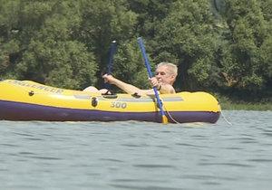 Pirát z Vysočiny: Zeman znovu vyplul na rybník, fanynky mu mávaly