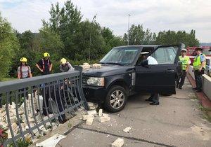Řidič v neděli ráno havaroval na Lahovickém mostě v Praze-Zbraslavi.