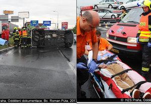 Sanitka se stala účastníkem dopravní nehody na Průmyslové v Praze. Na místě zasahovali také hasiči.