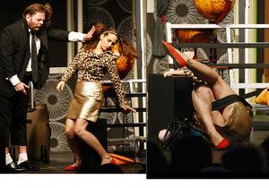 Eva Decastelo vystrkovala během hry na diváky zadek.